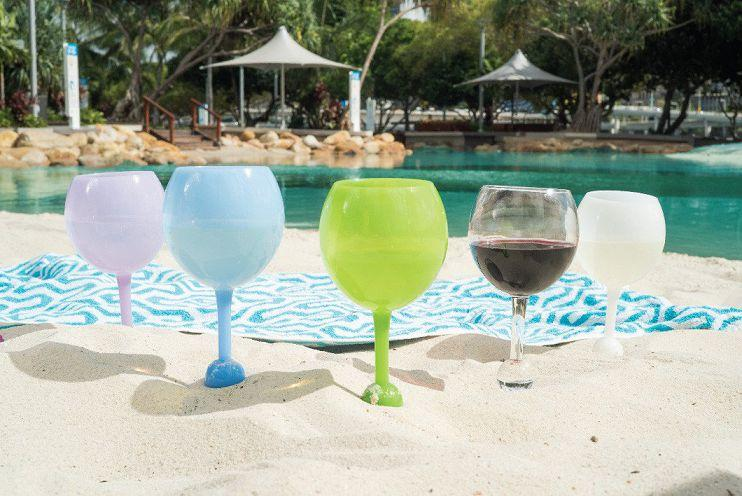 5 Beach Glasses In Het Zand Gestoken